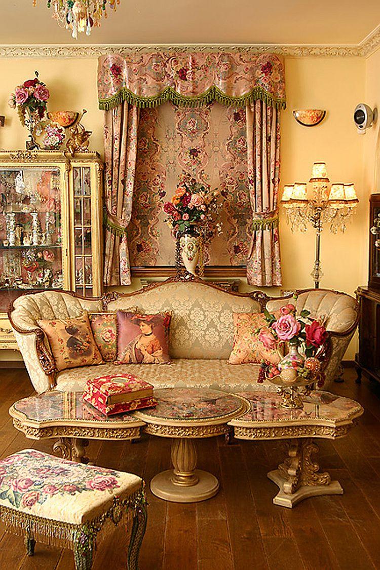 Викторианский стиль в интерьере гостиной с золотыми оттенками