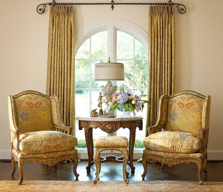 Викторианский стиль в интерьере с золотыми шторами и креслами