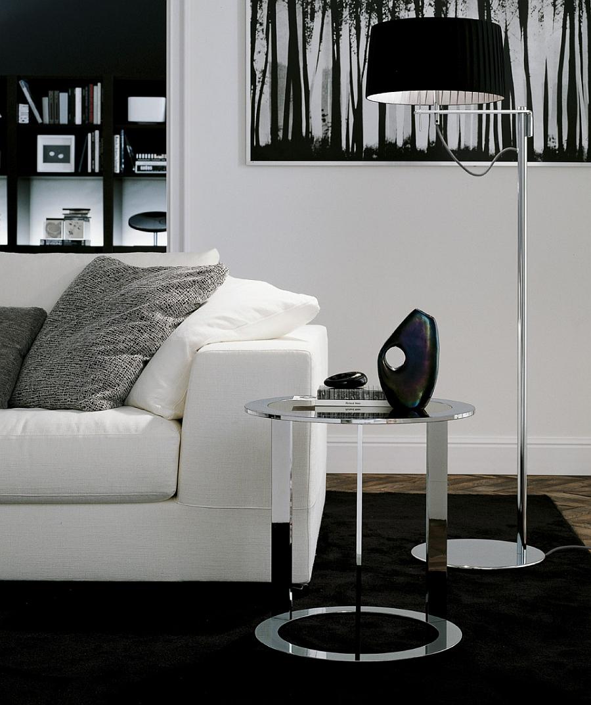 Изысканный металлический столик в интерьере гостиной