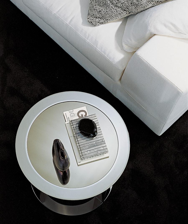 Изысканный круглый столик в интерьере гостиной