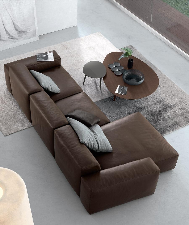 Оригинальный столик и кожаный диван