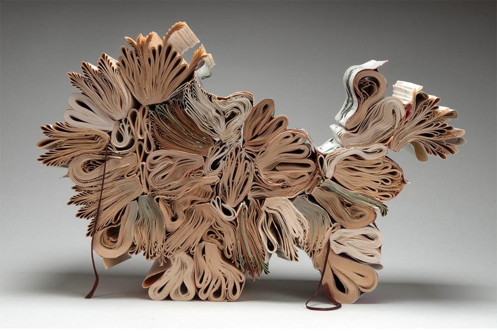 Скульптуры из книг: неожиданные параллели между арт-объектами разных жанров в творчестве Жаклин Раш Ли