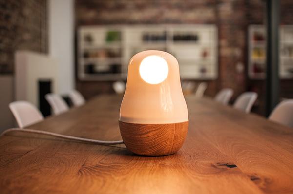 Современный дизайн настольного светильника из дерева и стекла