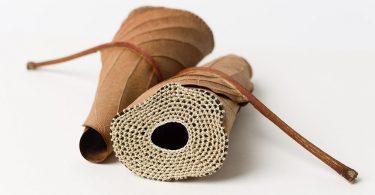 Сусанна Бауэр: ажурное вязание как драгоценная инкрустация на сухих листьях