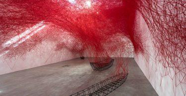 Сиота Тихару: многослойная символика инсталляции «Неопределённое путешествие»