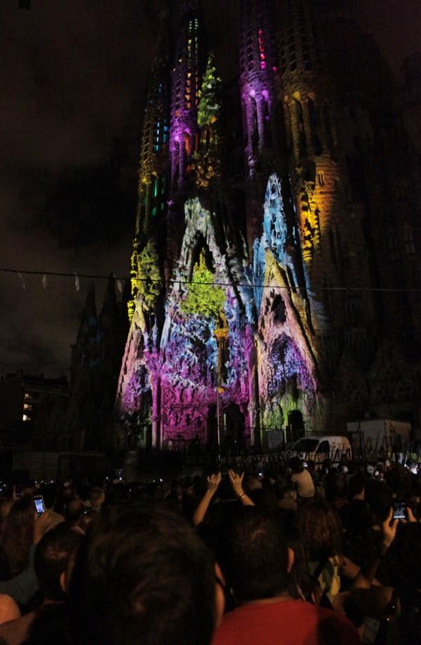Необычное феерическое шоу на фасаде Собора Святого Семейства