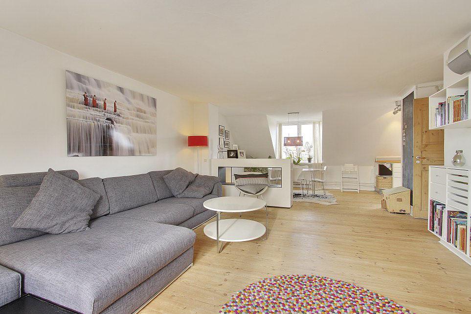 Угловой серый диван с предметами интерьера