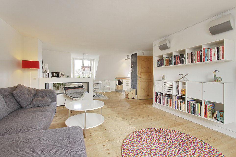 Белоснежный стеллаж, столик, тумба, стол и диван с комплектом подушек