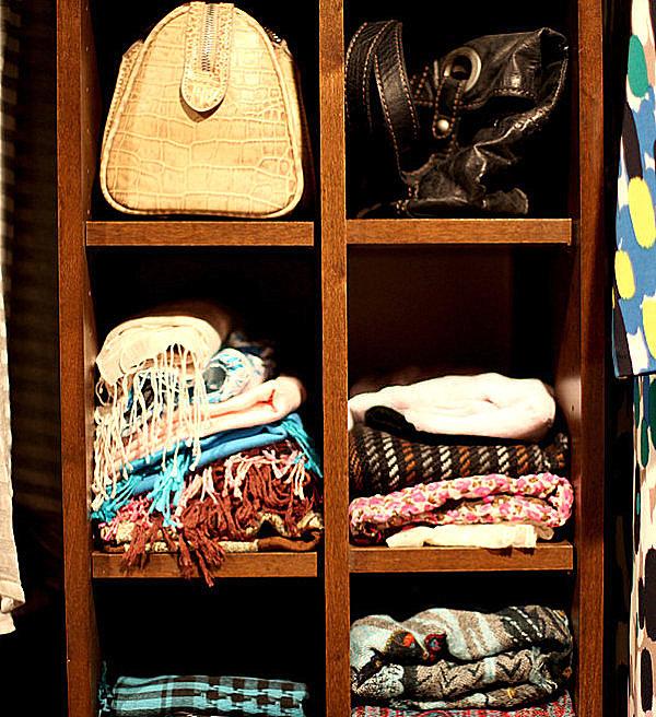 Деревянные полки для хранения шарфов и платков