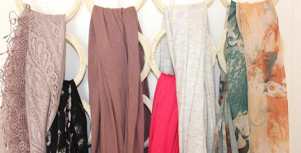Белые вешалки круглой формы для хранения шарфов и платков