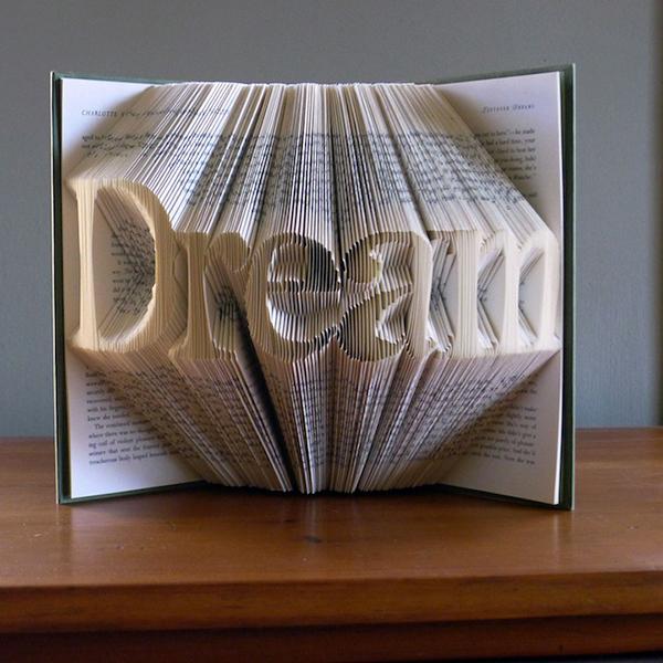 Скульптура в виде сложенной книги