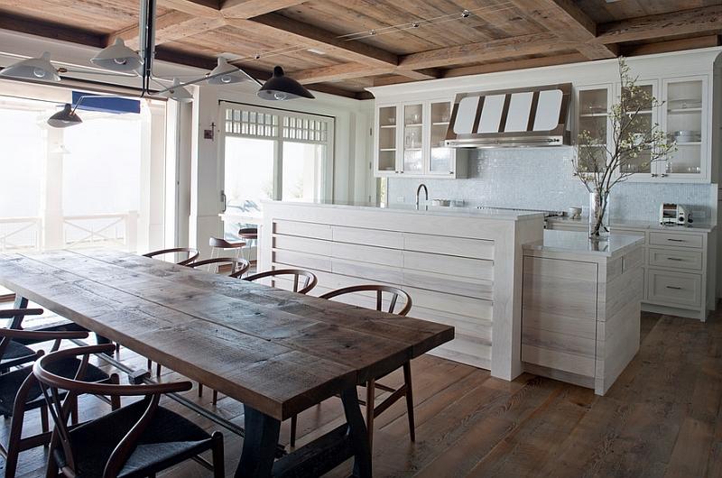 Белые светильники от Serge Mouille над деревянным столом в столовой