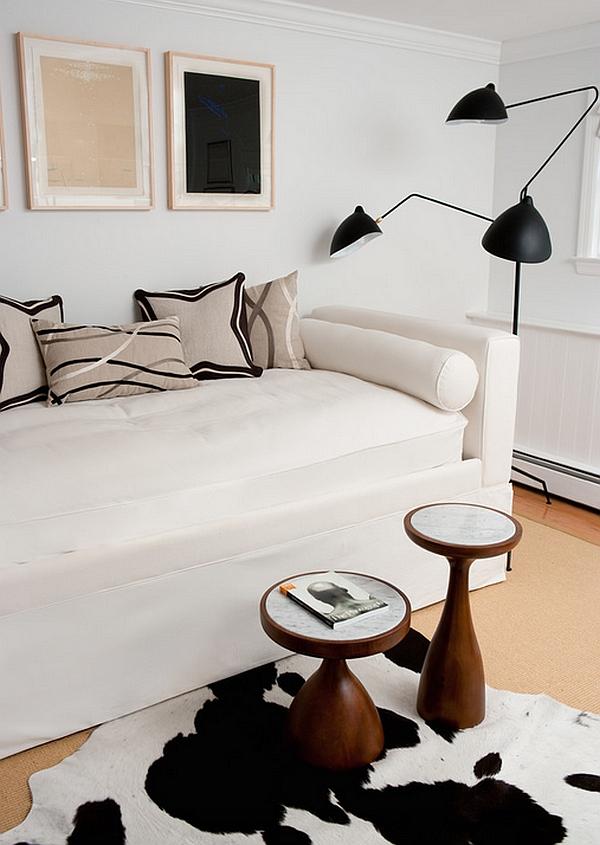 Черный торшер за белый диваном