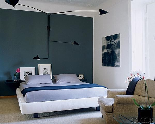 Черные осветительные приборы от Serge Mouille в спальне