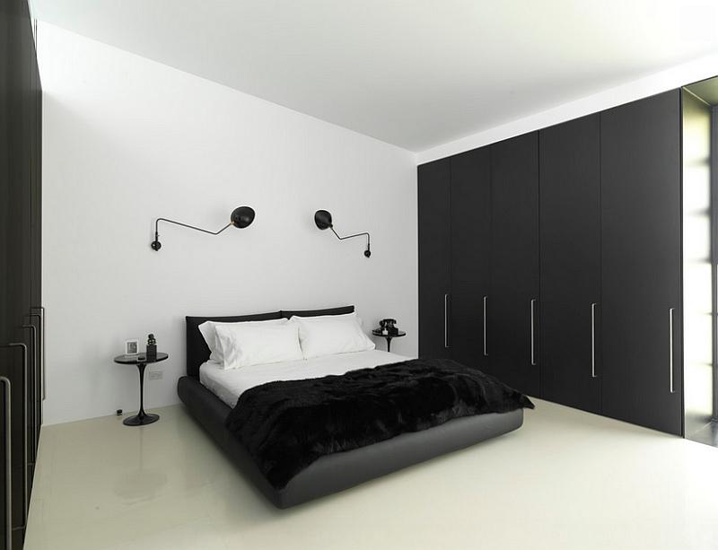 Черные настенные светильники от Serge Mouille в спальне