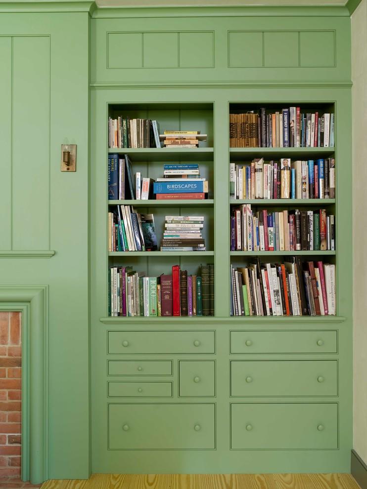 Шкаф с полками для хранения книг