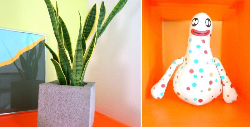 Игрушка и растение на полке