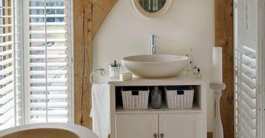 Винтажный шкаф – изюминка ванной комнаты в стиле кантри