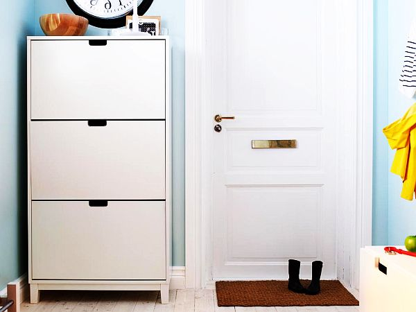 Высокий шкаф для обуви в интерьере прихожей