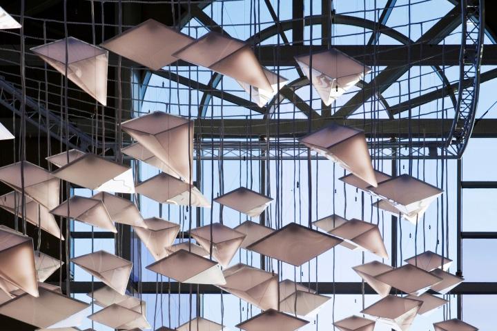 Яркая система освещения Flock of Birds в интерьере торгового центра
