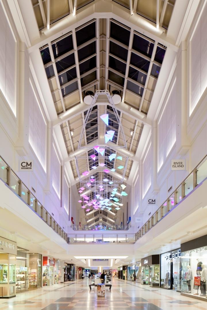Чудесная система освещения Flock of Birds в интерьере торгового центра