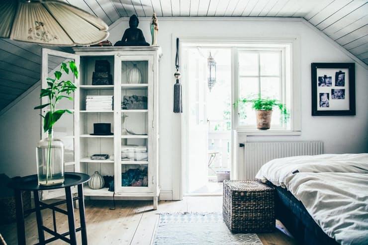 Скандинавский стиль в интерьере квартиры: белый винтажный шкаф