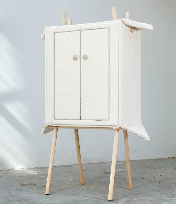 Необычный сборный матерчатый шкаф на деревянном каркасе