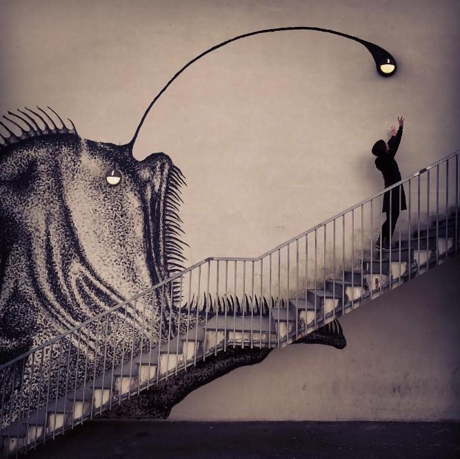 Skurk: фреска с изображением рыбы-удильщика на стене с лестницей и лампочками