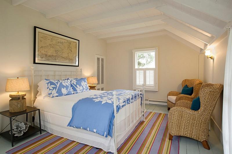 Наклонный потолок делает комнату оригинальной и привлекательной
