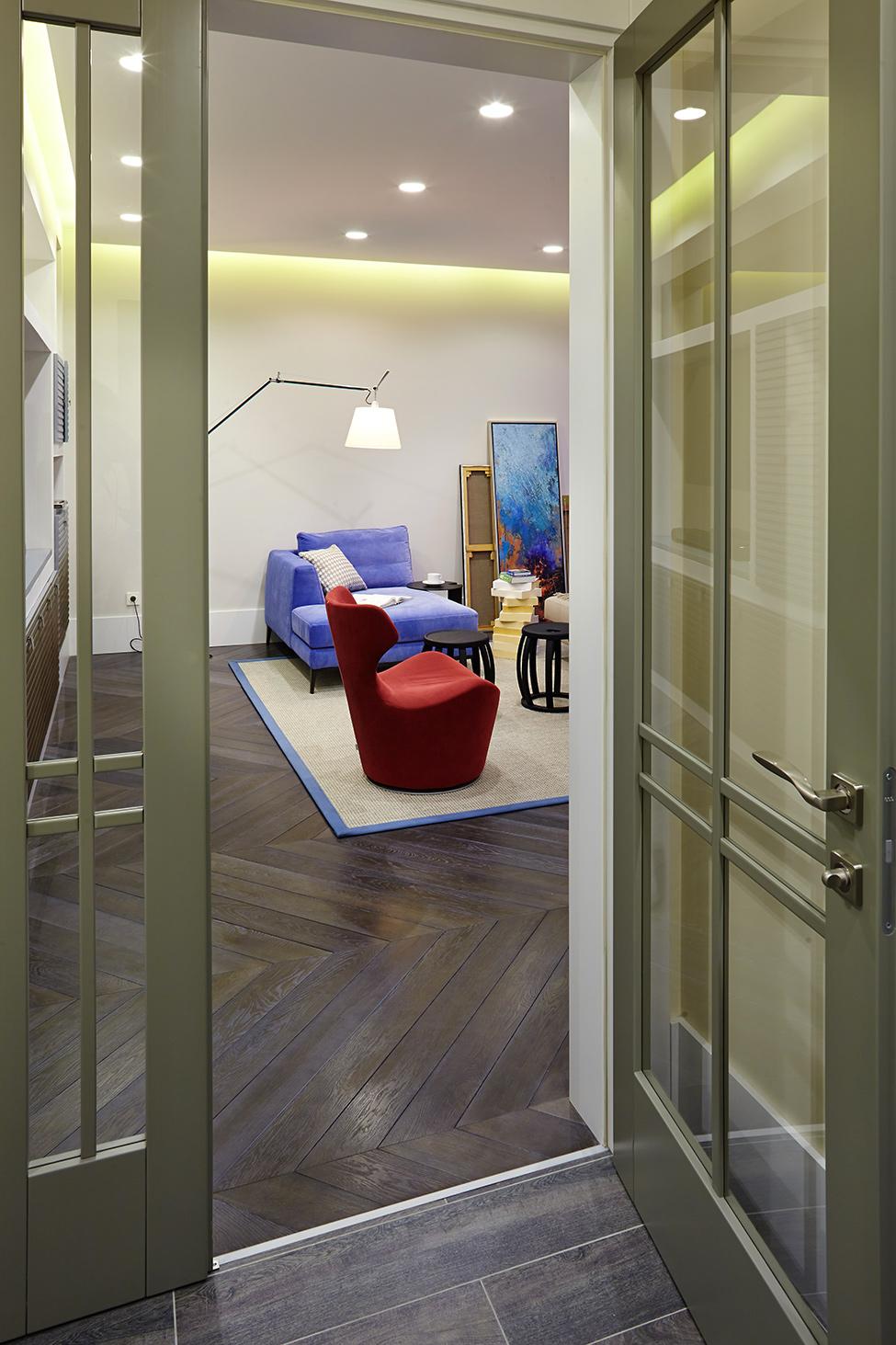 Красное и синее кресло в гостиной