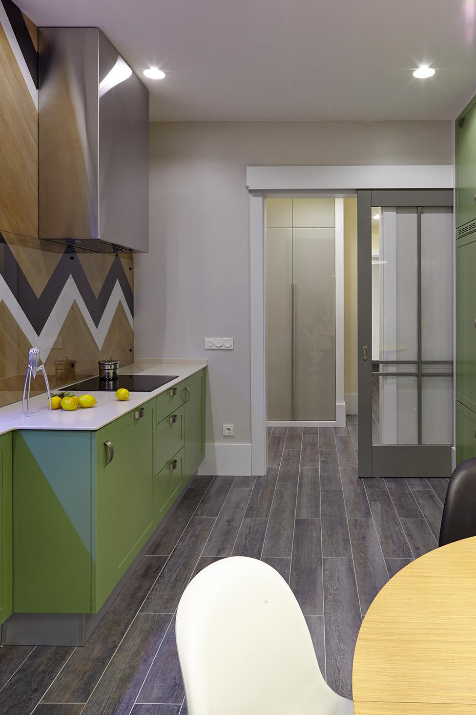 Зелёный мебельный гарнитур на кухне