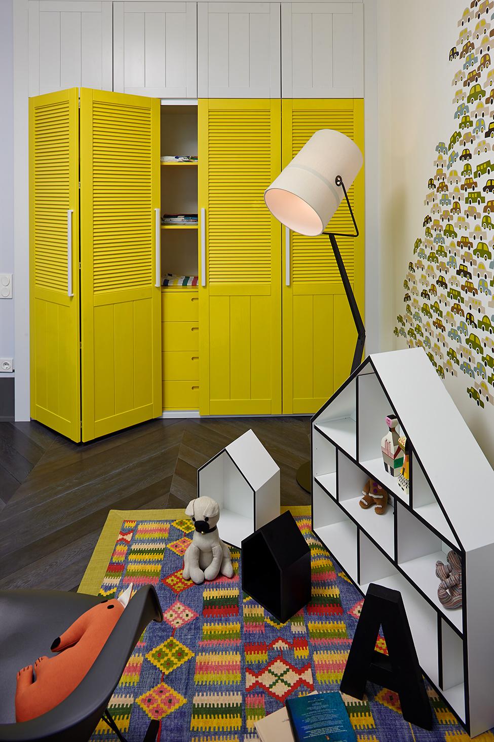 Жёлтый шкаф в детской