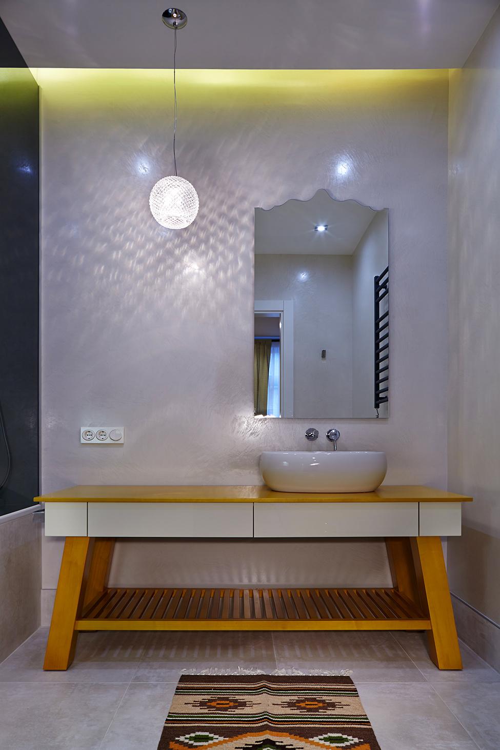 Фигурное зеркало в ванной