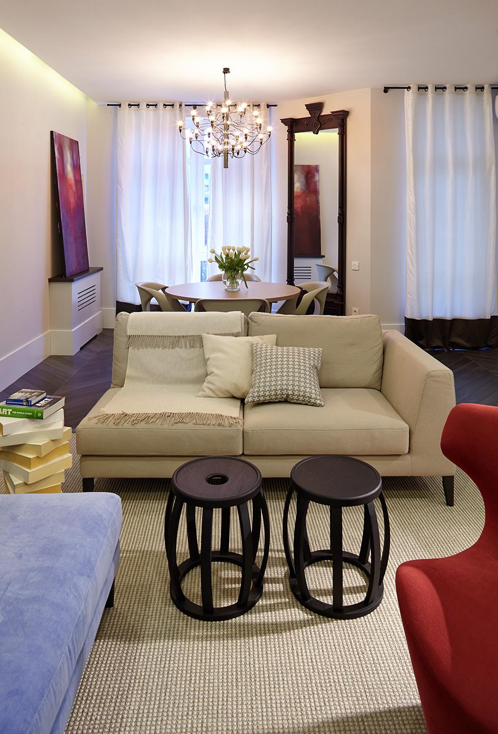 Объёмная люстра в небольшой гостиной