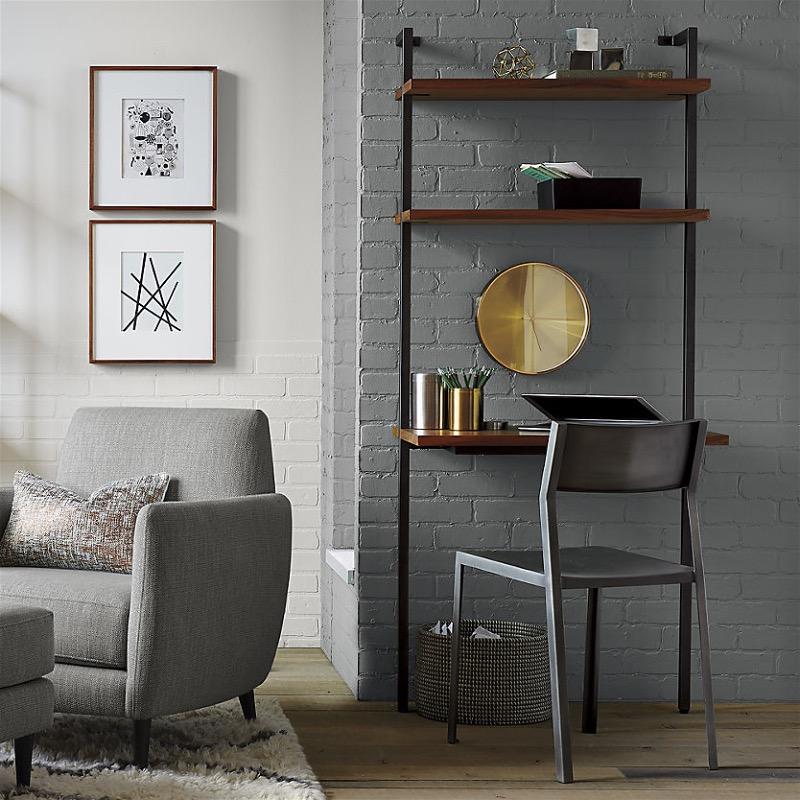 Стол в конструкции настенных полок