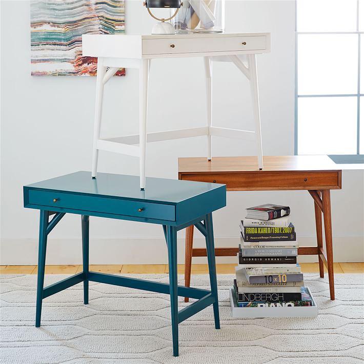 Дизайн стола с выдвижной полкой в различном цветовом исполнении