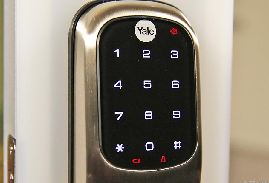 Большой и удобный экран замка Yale Real Living