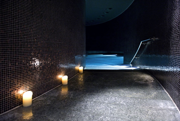 Крытый бассейн роскошного отеля Sofitel Munich Bayerpost