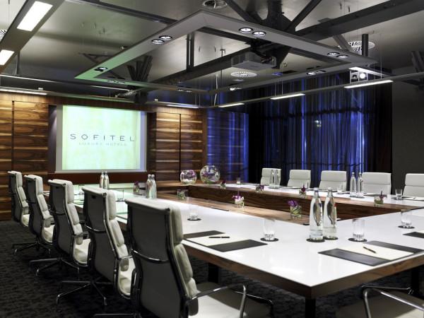 Зал для переговоров роскошного отеля Sofitel Munich Bayerpost