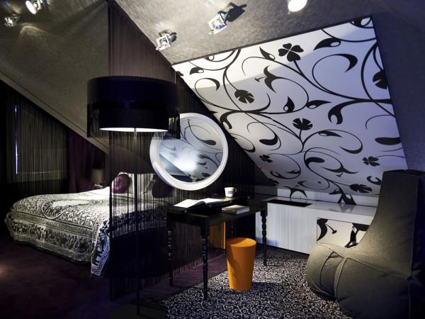 Спальня номера роскошного отеля Sofitel Munich Bayerpost