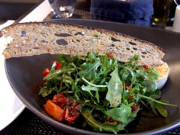 Салат с рукколой на блюде