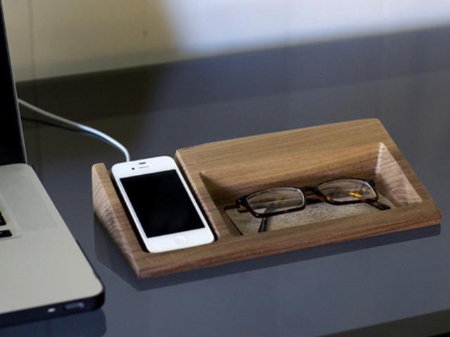 Подставка под очки и смартфон