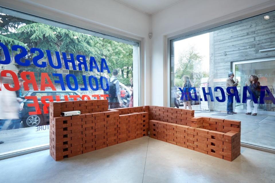 Современная выставка: стойка из красного кирпича