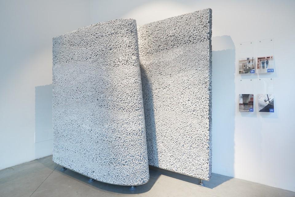 Современная выставка: стенд из глины