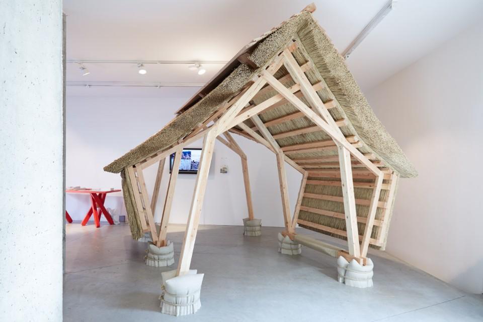 Современная выставка: хижина с соломенной крышей