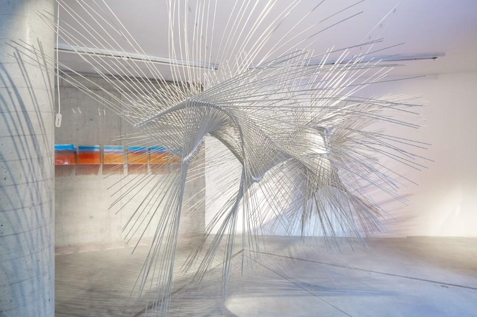 Современная выставка: композиция из белых прутьев