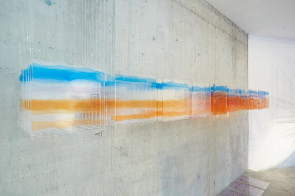 Современная выставка: композиция из цветного стекла
