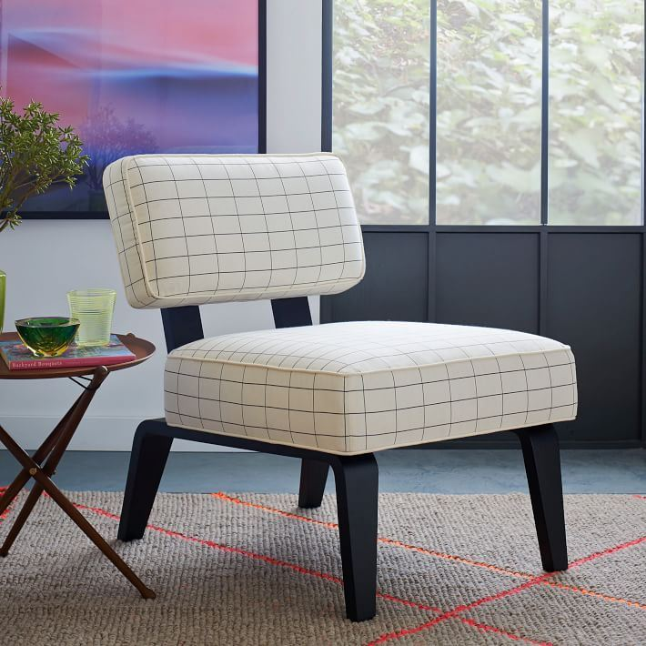 Красивая обивка кресла