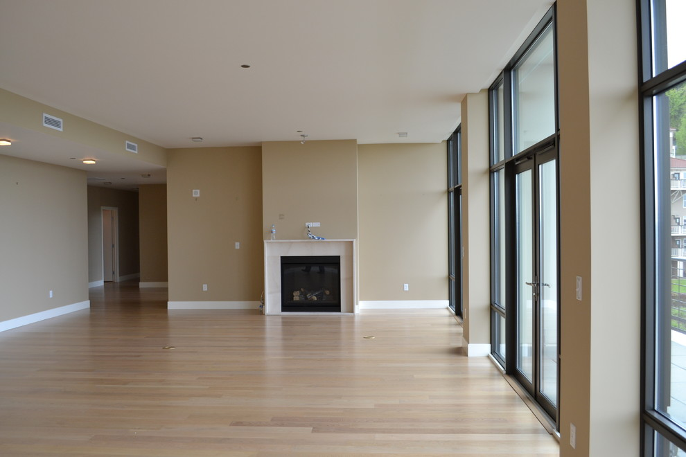 Оформление современного камина в интерьере дома - Фото 17