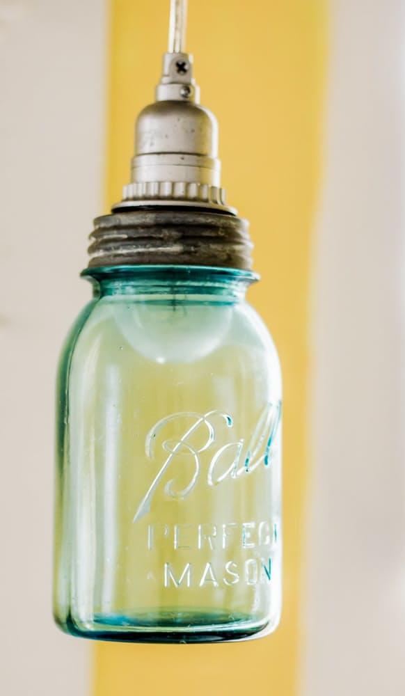 Современный скандинавский интерьер: светильник из стеклянной бутылки
